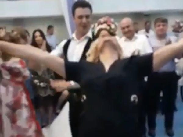Mətanətlə Əkbərin şıdırğı rəqsi - VİDEO