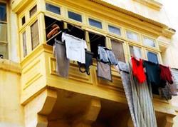 """Bakının mərkəzində balkonlardan paltar asmaq <span class=""""color_red"""">qadağan edildi - VİDEO</span>"""