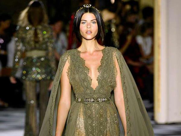 Tanınmış model moda şousunda - FOTO