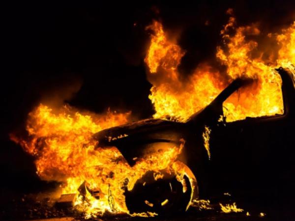Sabirabadda minik avtomobili yanıb