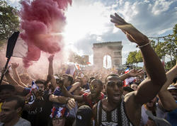 Paris bayram edir - FOTO