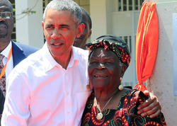 """Barak Obama qohumlarının yanına getdi, <span class=""""color_red""""> nənəsi ilə rəqs etdi - VİDEO - FOTO</span>"""