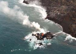 Vulkan lavası turistlə dolu gəmiyə tökülüb