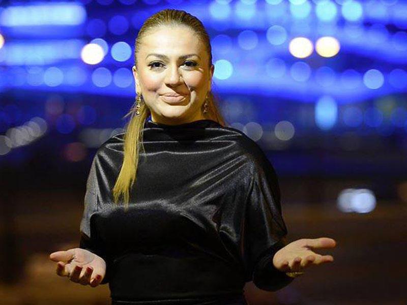 Azərbaycanlı aparıcının divanda yarıçılpaq Fotosu yayıldı