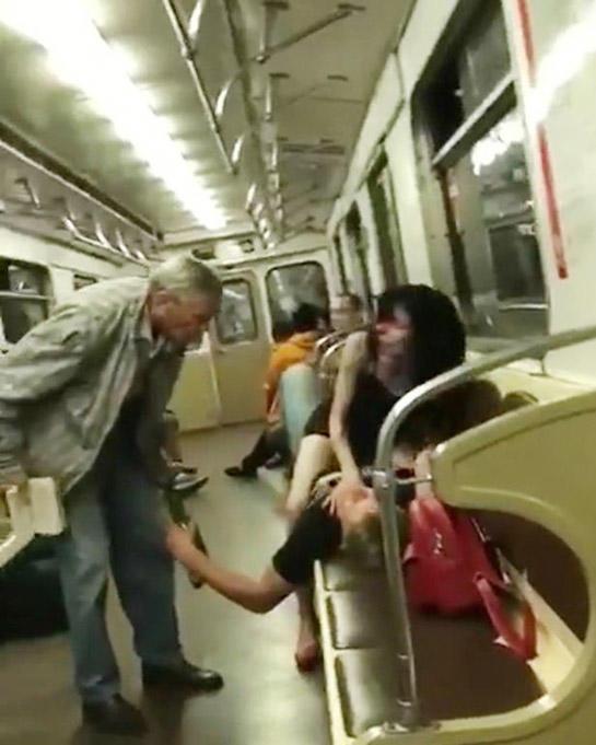 Metroda BİABIRÇILIQ - Sərnişinlərin gözü önündə cinsi əlaqəyə girdilər - VİDEO