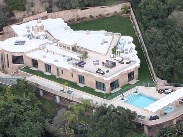 Polis Rihannanın evinə helikopterlə basqın etdi