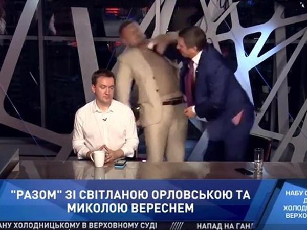 """Ukraynada deputatlar arasında əlbəyaxa dava - <span class=""""color_red"""">Sən gey-paradda iştirak etmisən... - VİDEO</span>"""