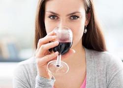 """Azərbaycanlılar qadınların içki içməsinə necə baxırlar? - <span class=""""color_red"""">SORĞU - VİDEO</span>"""