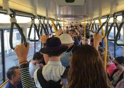 """Bakıda avtobusda qadınlar arasında dava düşdü: <span class=""""color_red"""">Səni pəncərədən ataram - VİDEO</span>"""