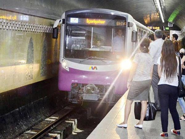 """Bakı metrosunda qatarda problem yarandı, <span class=""""color_red"""">intervalda gecikmə oldu</span>"""