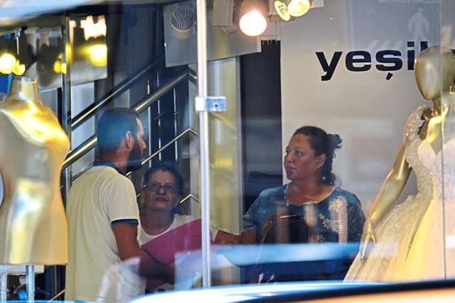 Məşhur aktrisanın gəlinlik mağazası əlindən alındı, evi girov götürüldü - FOTO