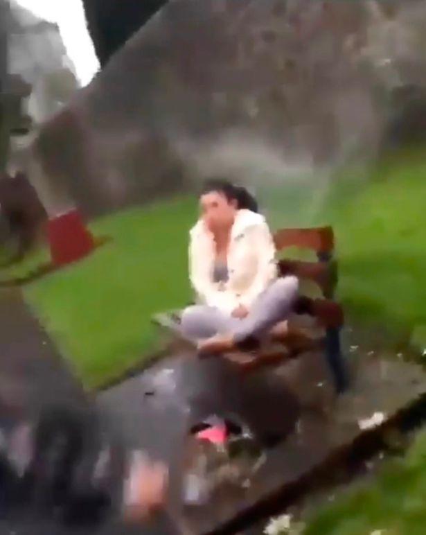 Parkda yatan qadının üzünə yanğınsöndürən köpük püskürtdülər - VİDEO - FOTO