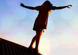 Bakıda oğlana görə dalaşan qızlardan biri özünü binadan atmaq istədi - VİDEO - FOTO