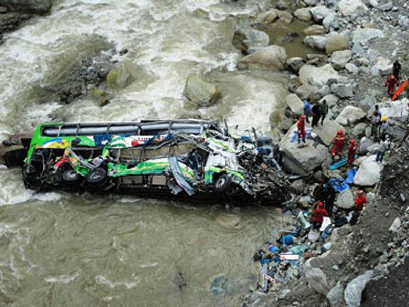 Peruda turistlərlə dolu avtobus çaya düşdü