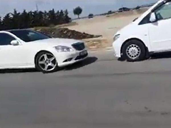 Bakıda sürücü yolu bağladı, maşından düşüb getdi - VİDEO