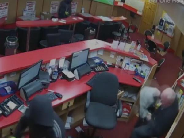 83 yaşlı qoca dükana girən oğruları döydü - VİDEO