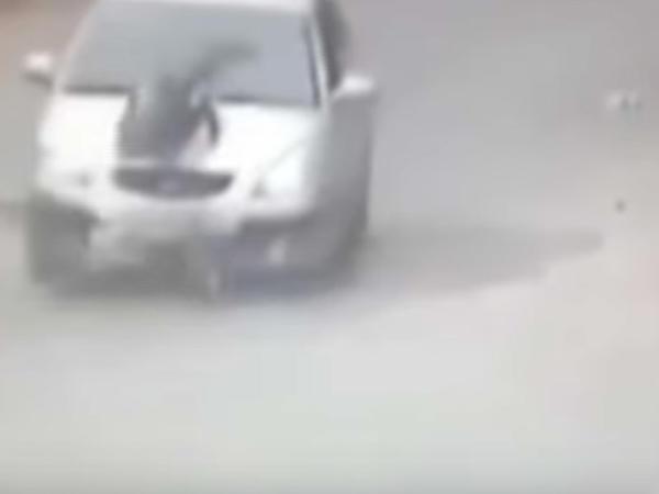 """Uşağı maşın vurdu, sürücü davaya çıxdı - <span class=""""color_red"""">Polis hərəkətə keçdi - VİDEO</span>"""