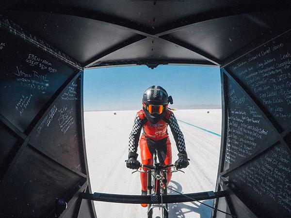 """Dünyada ilk dəfə: 294,5 km/saat sürətlə <span class=""""color_red"""">velosiped sürdü - VİDEO - FOTO</span>"""