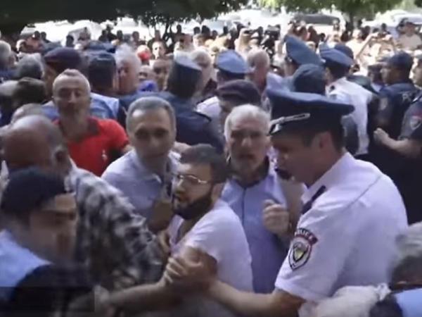 İrəvanda hökumət binasının qarşısında qarşıdurma olub - VİDEO