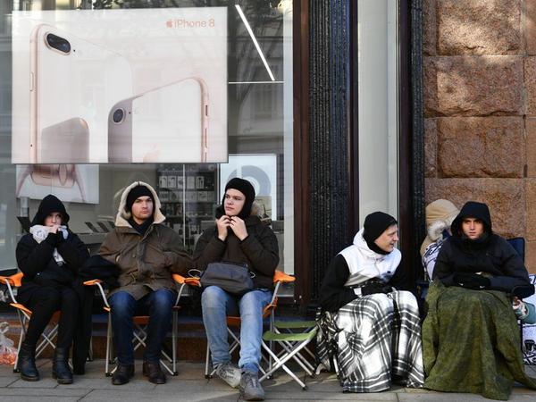 """Moskvada yeni """"iPhone""""lar üçün növbə telefondan iki dəfə baha satılır"""