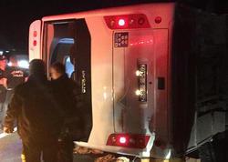 """Türkiyədə şagirdləri aparan mikroavtobus aşıb, <span class=""""color_red"""">1 nəfər ölüb, 18 nəfər yaralanıb</span>"""