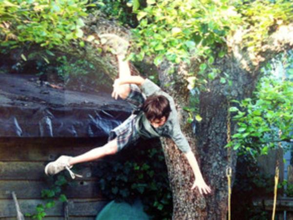 Gənc oğlan ağacdan yıxılaraq ayağını qırıb