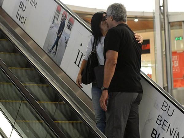 59 yaşlı model ticarət mərkəzində arvadı ilə öpüşərkən kameraya düşdü - FOTO