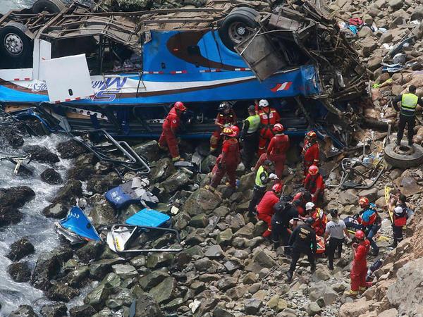 """Peruda avtobus dərəyə yuvarlandı: <span class=""""color_red"""">7 ölü</span>"""