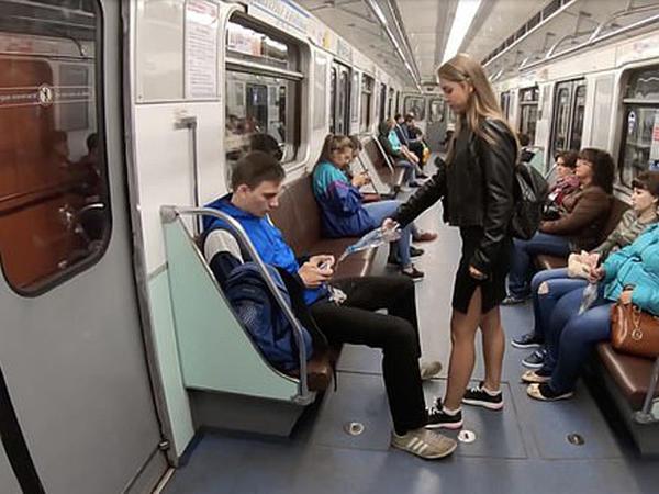 """Metroda ayaqlarını aralayıb oturanlar <span class=""""color_red"""">peşman edildilər - VİDEO - FOTO</span>"""