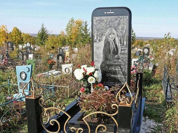 """Gənc yaşda ölən qıza """"iPhone"""" formasında məzar daşı düzəldildi - FOTO"""
