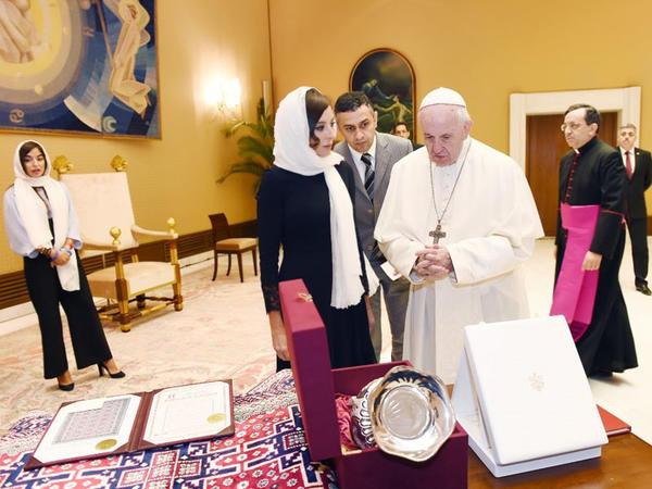 """Azərbaycanın Birinci vitse-prezidenti Mehriban Əliyeva Roma Papası Fransisk ilə görüşüb - <span class=""""color_red"""">FOTO</span>"""