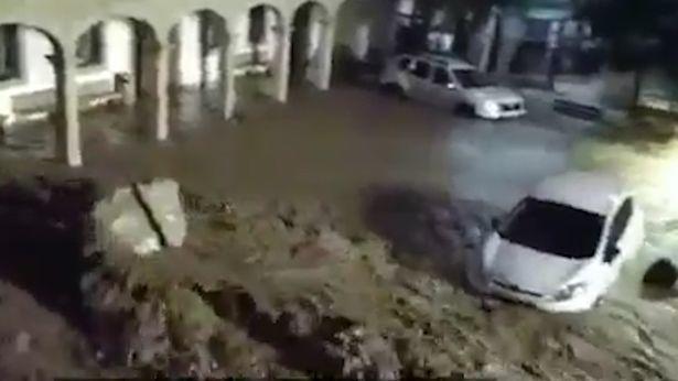 Taksiyə minən cütlük öldü, sürücü itkin düşdü - Sel fəlakəti - VIDEO - FOTO