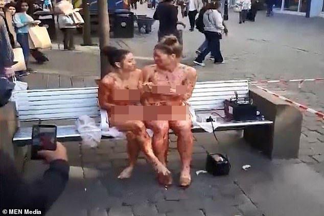 İki qadın soyunub küçədə oturdular - FOTO