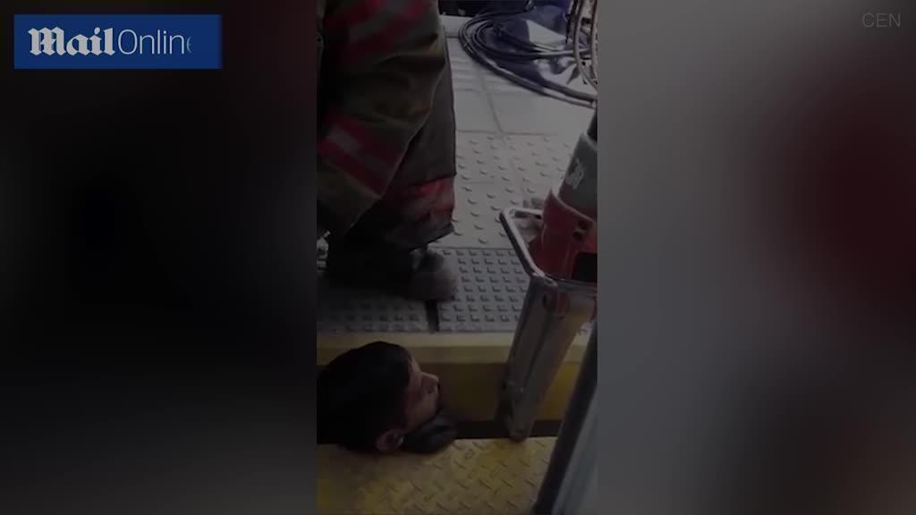 Metroda DƏHŞƏTLİ ANLAR: 20 yaşlı oğlanın başı… - QORXUNC GÖRÜNTÜLƏR - VİDEO - FOTO