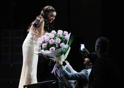 """Müğənnilərimizin Yıldız Tilbe konsertindəki rəzaləti: <span class=""""color_red"""">Böyük adamsınız? - VİDEO</span>"""