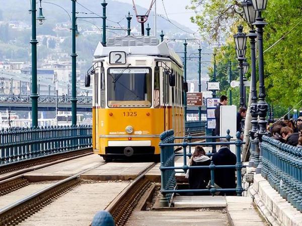 Macarıstanda evsiz insanların küçədə yaşamasını qadağan ediblər