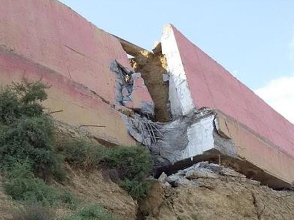 Badamdarda evlərin hasarlarının təxminən 30 metr hissəsi ucaraq sürüşmə kütləsi üzərinə tökülüb
