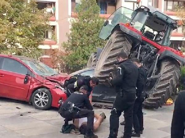 """Sürücü traktoru Türkiyə parlamentinə sürdü - <span class=""""color_red"""">Polislər dayandıra bilmədilər</span>"""