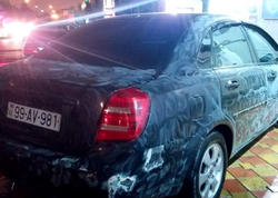 """Bakıda taksi sürücüsünün maşınını """"moyka""""da oğurladılar: <span class=""""color_red"""">indi də cərimə tələb edirlər</span>"""