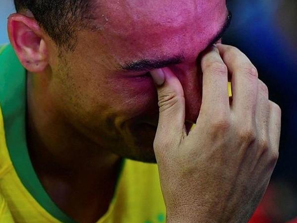 Zədələnən futbolçu meydanı ağlayaraq tərk etdi - FOTO