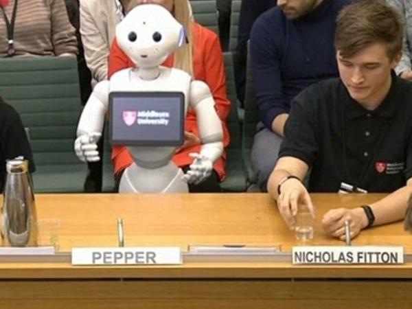 """Robot """"Pepper"""" Böyük Britaniya parlamentində çıxış edib"""