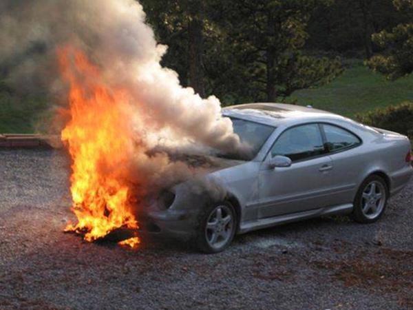 Bakıda Mercedes yanıb