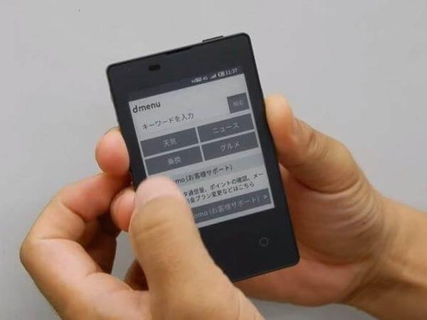 Kredit kartı ölçüsündə smartfon təqdim edilib