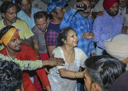 """Hindistanda qatar insan kütləsinin içindən keçdi: <span class=""""color_red"""">61 ölü, 72 yaralı - YENİLƏNİB - VİDEO - FOTO</span>"""