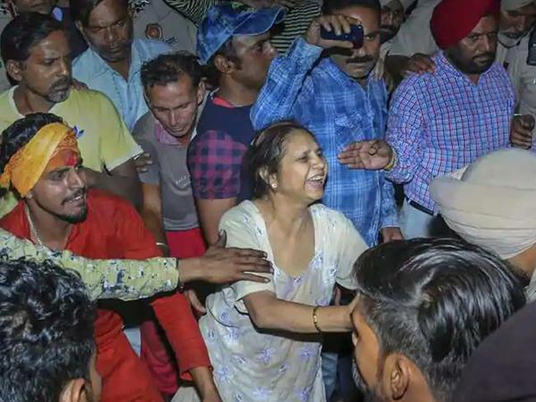 Hindistanda qatar onlarla insanın üstündən keçdi - VİDEO - FOTO