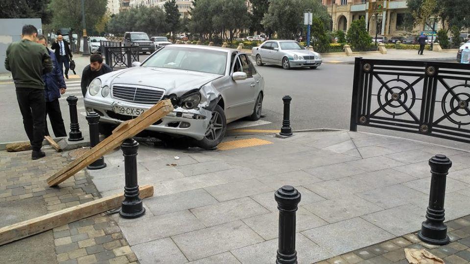 Avtomobil idarəetməni itirib səkiyə girdi - Piyadaları tumba qorudu - FOTO