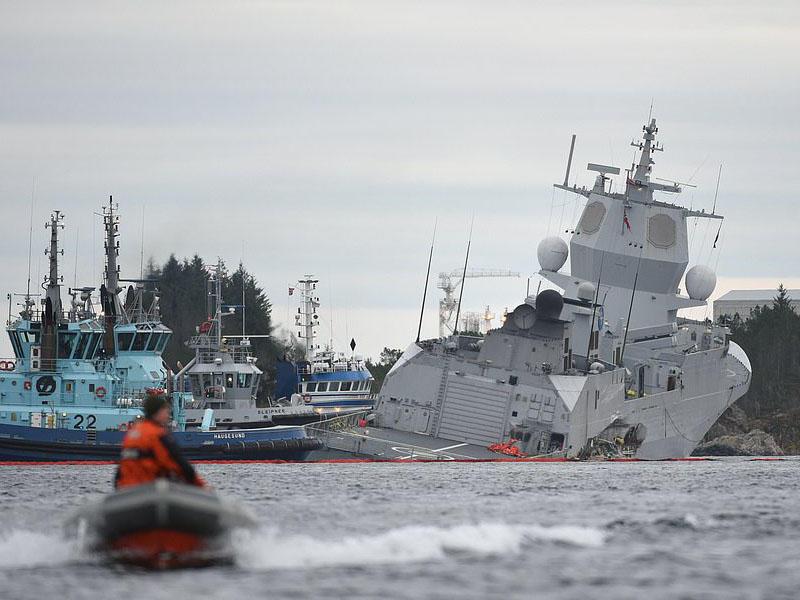 Hərbi gəmi tankerlə toqquşdu, batmağa başladı