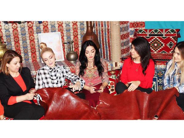 """Azərbaycanlı dizayner məktəbli geyimi üçün milli ornamentlər təklif edir - <span class=""""color_red"""">FOTO</span>"""