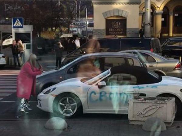 """Kiyevdə qadın """"Porsche""""ni baltaladı - <span class=""""color_red"""">VİDEO</span>"""