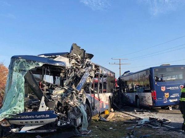 """Almaniyada iki məktəb avtobusu toqquşub: <span class=""""color_red""""> 40 yaralı - VİDEO</span>"""